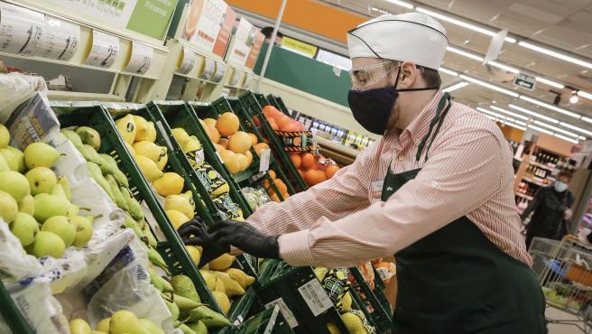 Archivo - Empleado de un supermercado Consum