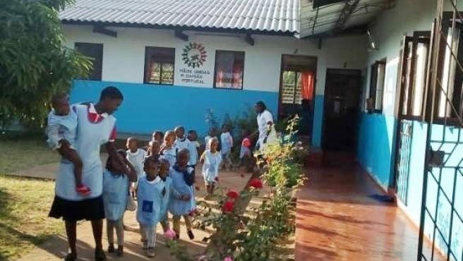 Archivo - Grupo de Educación Infantil y Primaria en Mozambique