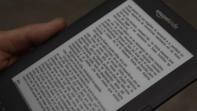 Archivo - Un Hombre lee en un Ebook