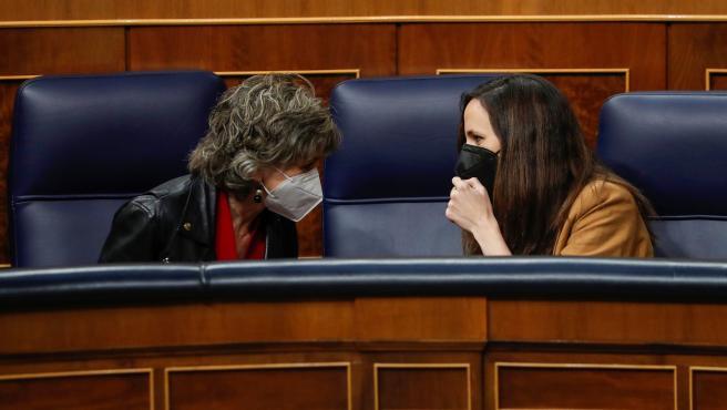 Ione Belarra conversa con la diputada socialista María Luisa Carcedo