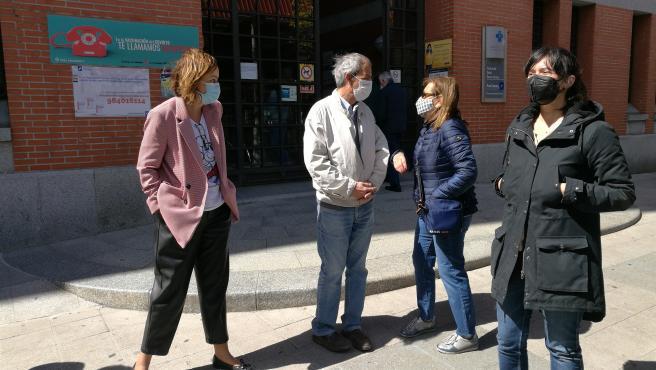 Laura Tuero y Covadonga Tomé,de Podemos-Equo Xixón y Podemos Asturies, junto a representantes de la FAV frente al centro de Salud Severo Ochoa, sede de la gerencia del área sanitaria.