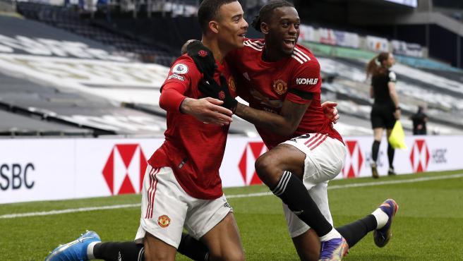 Mason Greenwood y Aaron Wan Bissaka celebran un gol con la linier Sian Massey-Ellis en segundo plano.