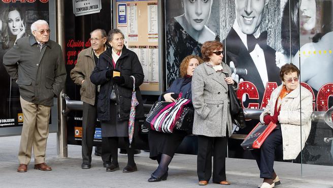 Varios jubilados en una parada.