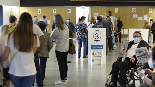 Personas mayores de 80 años, policías, bomberos y profesores esperan para ser vacunados con la dosis de Moderna y AstraZeneca respectivamente, en el hospital Álvaro Cunqueiro de Vigo, en Vigo, Pontevedra, Galicia (Esp