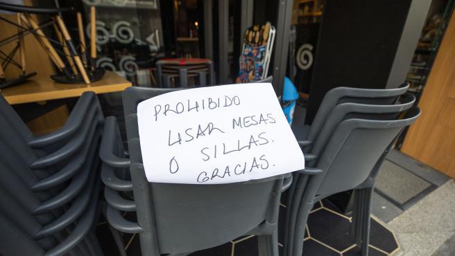 Sillas y mesas apiladas, en la terraza de un bar de O Grove, el día en que entra en vigor el cierre perimetral del municipio, a 8 de abril de 2021, en O Grove, Pontevedra, Galicia, (España).