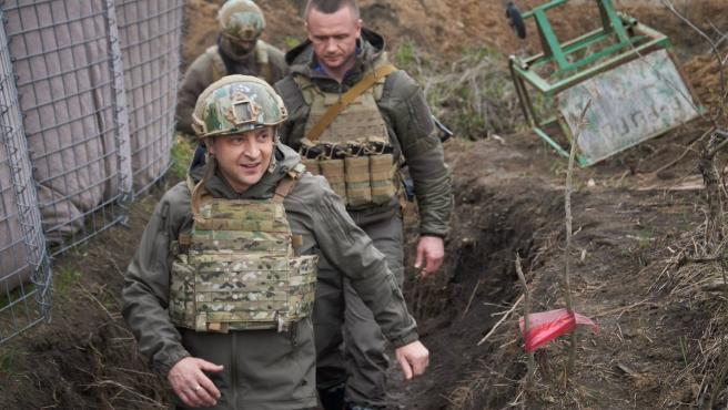 El presidente Zelenski visitando las tropas militares ucranianas en la frontera.