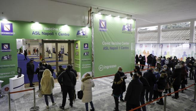 Varias personas haciendo cola en el centro de exposiciones Mostra D'Oltremare de Nápoles (Italia) para recibir la vacuna contra el coronavirus.