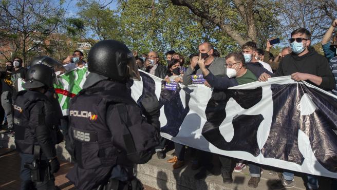 Varias personas participan en la concentración convocada en Vallecas contra Vox, a 7 de abril de 2021, en la Plaza de la Constitución de Vallecas, Madrid, (España).