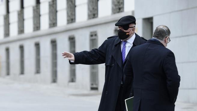 Archivo - El comisario jubilado José Manuel Villarejo (i) acompañado por su abogado, Antonio García Cabrera, a su salida de la Audiencia Nacional donde le han interrogado como investigado en dos piezas separadas del c