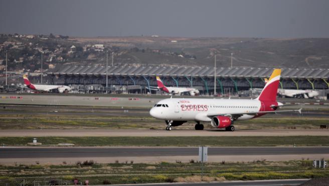 Archivo - Un avión de Iberia en las pistas de un aeropuerto.