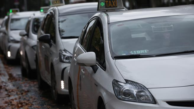 Archivo - Varios taxis a la espera de clientes