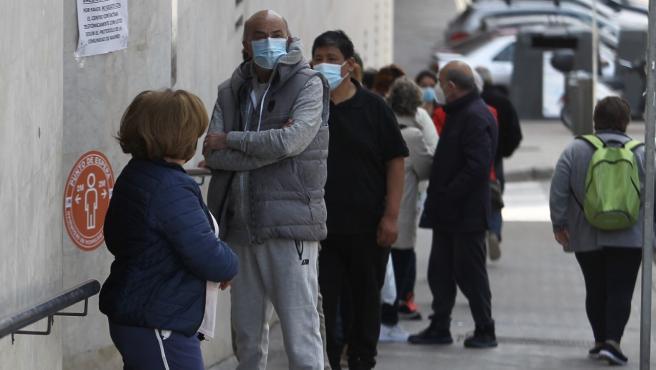 Así estaba la cola en un centro de salud de Madrid este viernes para pedir cita de vacunación.