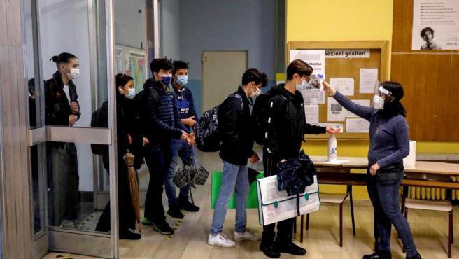 Varios estudiantes se toman la temperatura por la pandemia de covid-19, antes de entrar a clase en un instituto de secundaria de Milán, Italia.