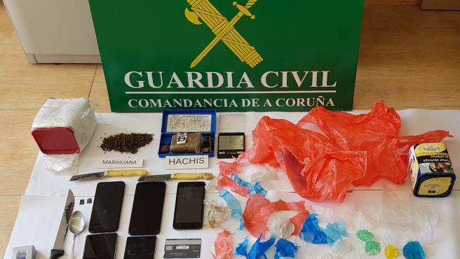 Efectos sustraidos en la 'Operación Chatiños' en la que la Guardia Civil desmanteló un punto de venta de sustancias estupefacientes en A Pobra do Caramiñal.