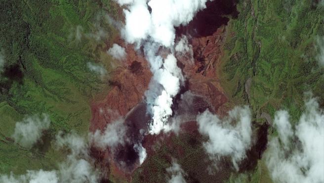 El volcán de La Soufriere continúa lanzando cenizas.