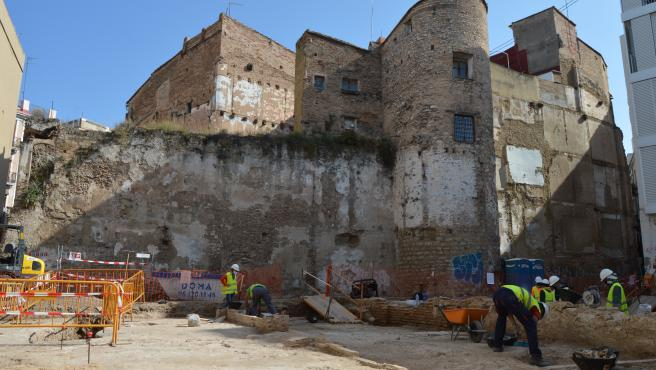 Técnicos trabajan en la intervención arqueológica junto a la muralla islámica de València.