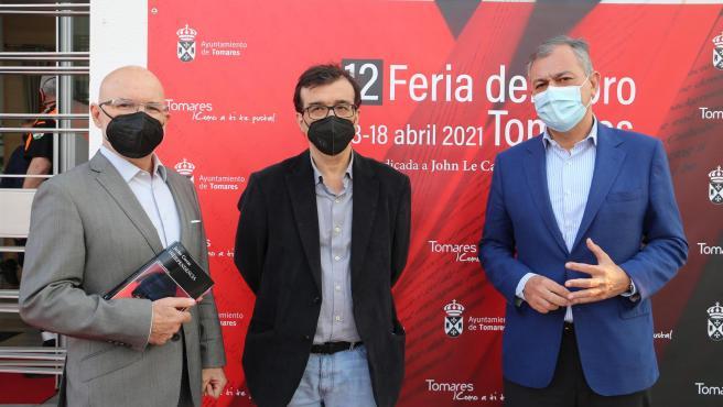 Jesús Vigorra, Javier Cercas y José Luis Sanz, en la Feria del Libro de Tomares (Sevilla).