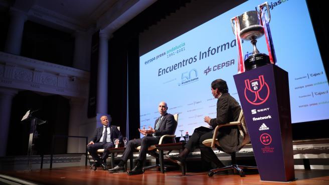 La Copa del Rey, junto a los intervienientes en el encuentro informativo de Europa Press, Javier Imbroda, Luis Rubiales y Francisco Morón