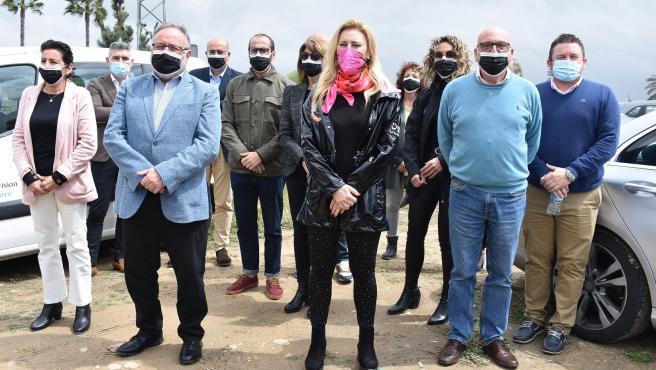 La diputada del PP por Málaga Carolina España junto al alcalde de Alhaurín de la TOrre, Joaquín VIllanova, entre otros.