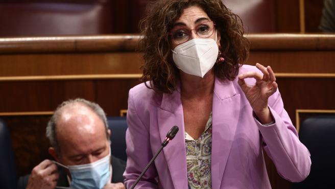 La ministra de Hacienda y portavoz del Gobierno, María Jesús Montero, interviene en una sesión de control al Gobierno en el Congreso.