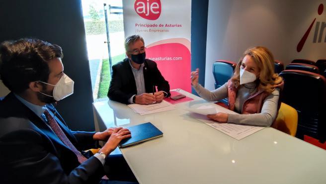 La presidenta del PP en Asturias, María Teresa Mallada, se reúne con responsables de la Asociación de Jóvenes Empresarios, acompañada del diputado regional 'popular' y presidente del PP de Gijón, Pablo González