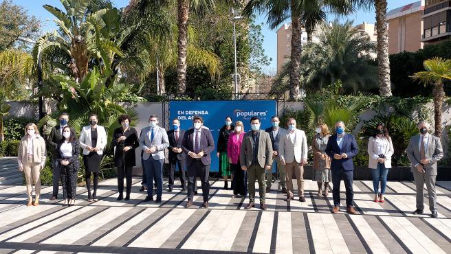 López Miras posa al frente de los alcaldes y alcaldesas del PP