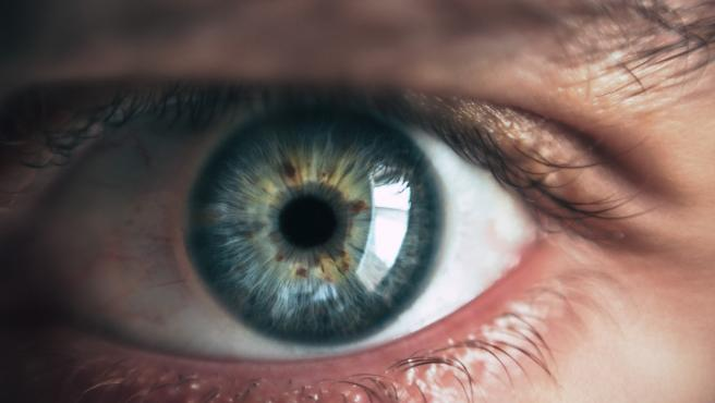 Un ojo de color azul.