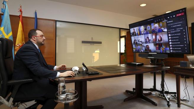 Oviedo. 15-4-2021. El presidente del Principado de Asturias, Adrián Barbón, preside la reunión telemática del Consejo de Gobierno. Foto: Armando Álvarez.