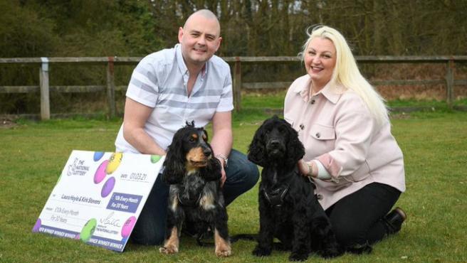 Laura Hoyle y Kirk Stevens, afortunados del sorteo 'Set for life' de The National Lottery.