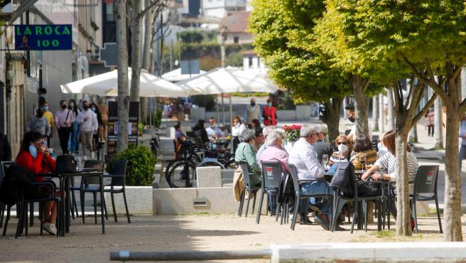 Varias personas en terrazas de Baiona, a 28 de marzo de 2021