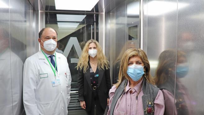 Archivo - Mestre utiliza los nuevos ascensores del Hospital Puerta del Mar.