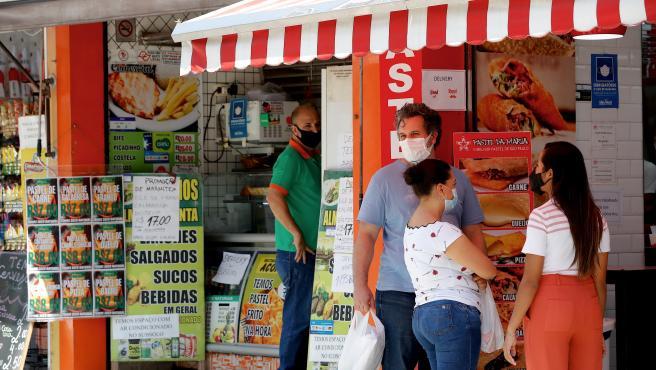 Varias personas frente a un establecimiento en Brasil.