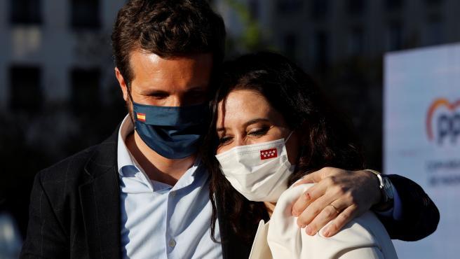 Pablo Casado abraza a Isabel Díaz Ayuso.