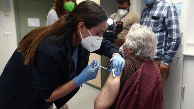 Una sanitaria administra la vacuna contra el coronavirus a una anciana en el Centro de salud Rejas, en Madrid.