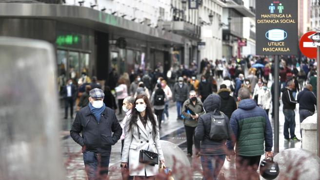 Viandantes caminan por el centro de Madrid, el pasado 13 de abril.