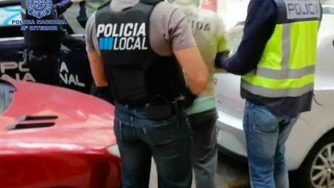Desmantelan un punto de venta de drogas en Palma y arrestan a dos personas.