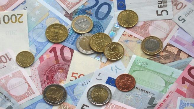Billetes y monedas de euro en una imagen de archivo.