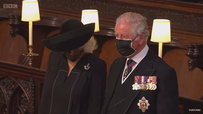 Con los ojos llorosos, el príncipe Carlos asistió al funeral de su padre.