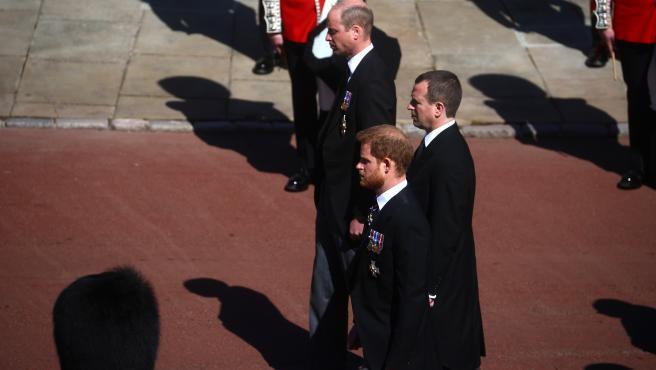 Guillermo y Harry, en la procesión del funeral de su abuelo.