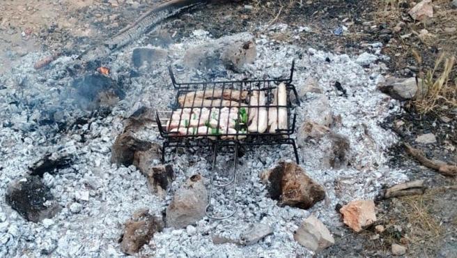 Imagen de la barbacoa ilegal celebrada por 20 personas en Tarragona.