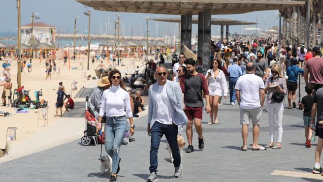Gente paseando por la playa de Tel Aviv sin mascarilla.