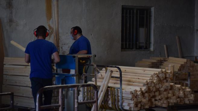Archivo - Trabajadores del sector de la construcción
