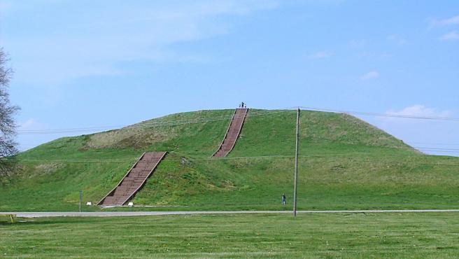 Imagen del Túmulo del Monje, el mayor túmulo del yacimiento de Cahokia.