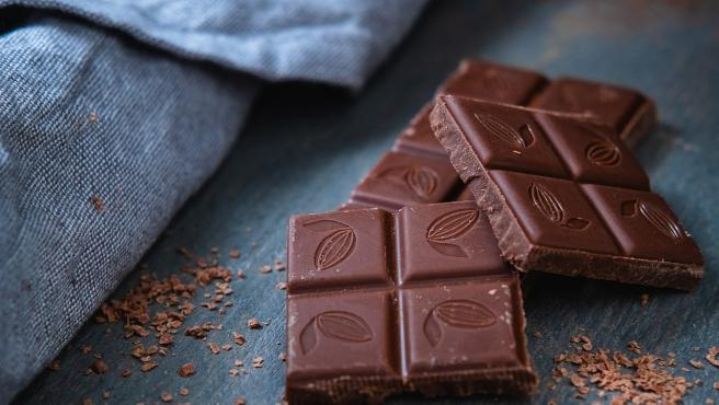 Imagen de varias onzas de una tableta de chocolate.
