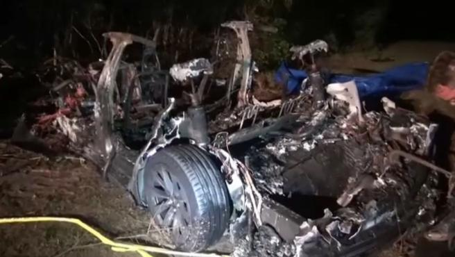"""Dos personas fallecieron en un accidente de un Tesla, que circulaba sin nadie al volante, ocurrido en Harris (Texas, EE.UU.), al norte de Houston, según informaron las autoridades del condado. Uno de los fallecidos estaba en el asiento del pasajero y otro en el asiento de atrás y las autoridades aseguraron este domingo que tienen """"el 99,9 %"""" de certeza de que """"nadie conducía el vehículo en el momento del impacto"""". El Tesla se estrelló contra un árbol en una curva a alta velocidad y los bomberos necesitaron cuatro horas para apagar el incendio."""