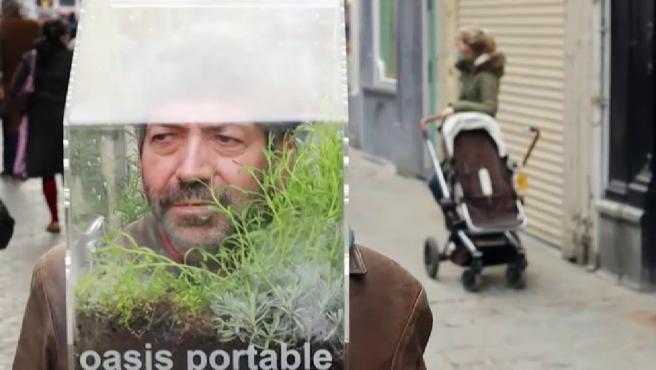 Alain Verschueren se pasea por Bruselas con la cabeza dentro de un pequeño hábitat que él mismo ha construido. Es un pequeño invernadero que le permite vivir dentro de su propia burbuja.