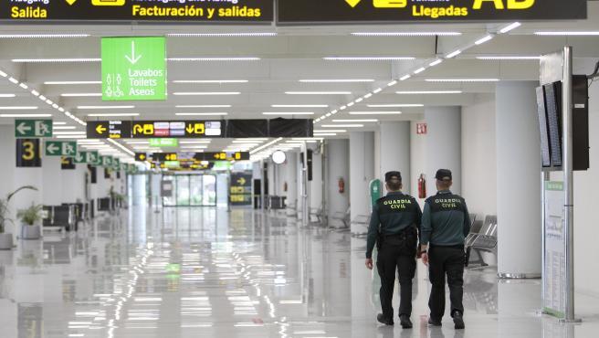 Archivo - Dos guardias civiles en el aeropuerto de Palma.