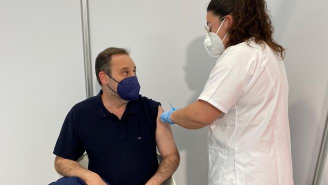 El ministro Ábalos recibe la primera dosis en Valencia.