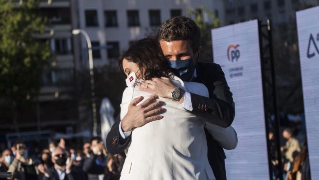 El presidente del PP, Pablo Casado, y la candidata a la reelección en las eleciones madrileñas, Isabel Díaz Ayuso, durante el acto de pegada de carteles del partido de cara a las elecciones madrileñas, a 17 de abril