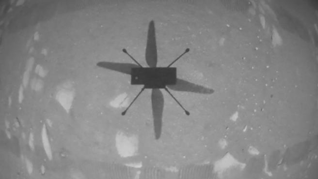 La sombra del helicóptero Ingenuity sobre la superficie marciana.